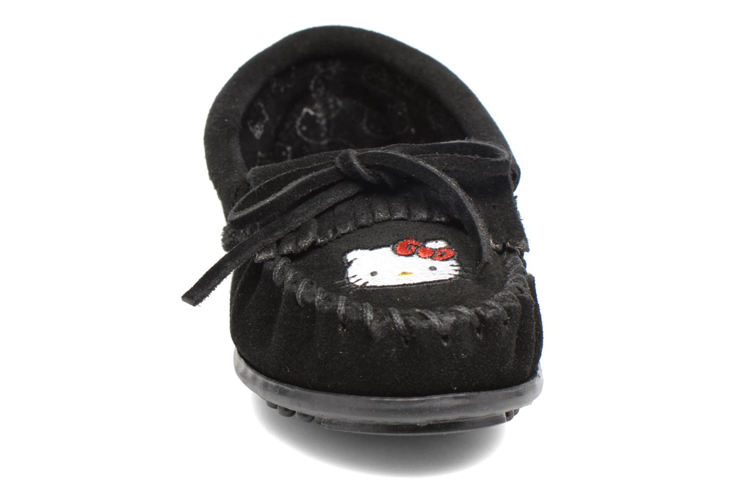 Mocasines Minnetonka Hello Kitty Moc Negro vista del modelo