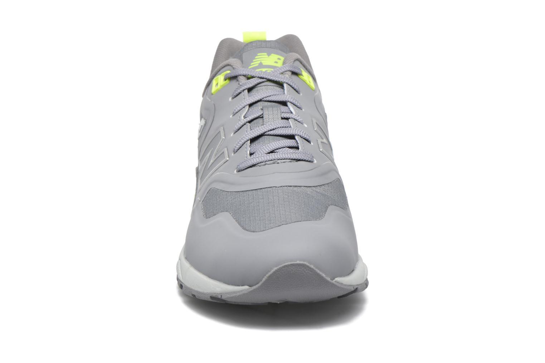 Sneakers New Balance MRT580 Grigio modello indossato