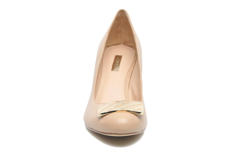 Zapatos de tacón Guess Racheli Beige vista del modelo