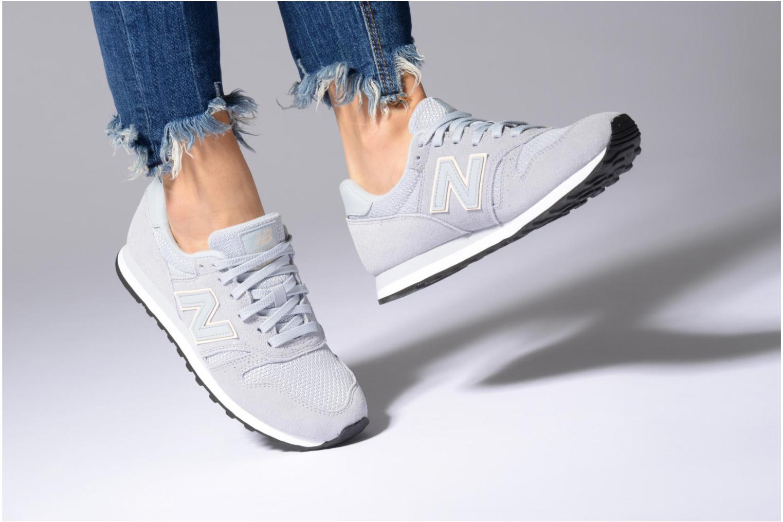 Sneaker New Balance WL373 beige ansicht von unten / tasche getragen