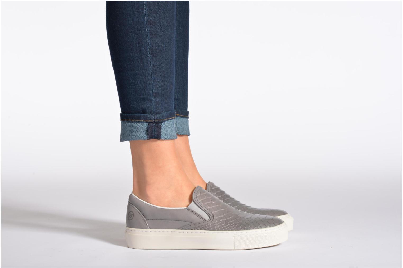 Sneaker Bronx Cherry grau ansicht von unten / tasche getragen