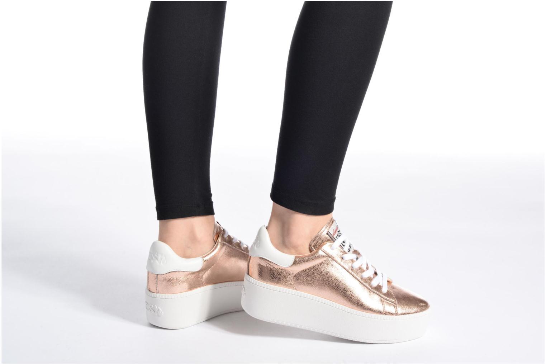 Sneaker Ash Cult gold/bronze ansicht von unten / tasche getragen