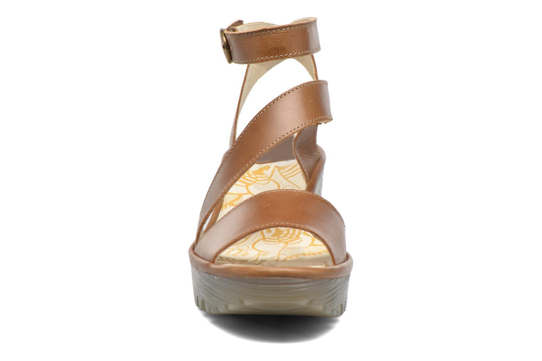 Sandales et nu-pieds Fly London Yesk Marron vue portées chaussures
