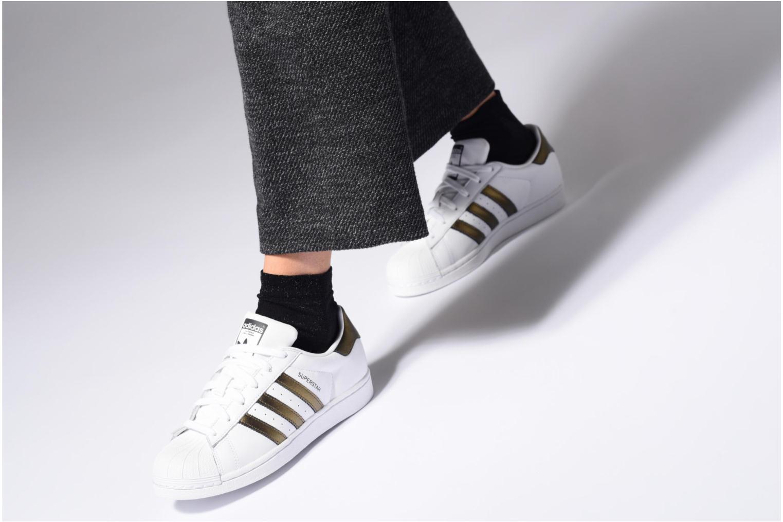 Baskets Adidas Originals Superstar W Blanc vue bas / vue portée sac