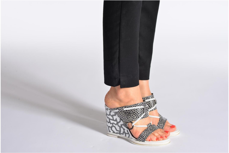 Clogs & Pantoletten Opening Ceremony Mae ankle strap wedge weiß ansicht von unten / tasche getragen