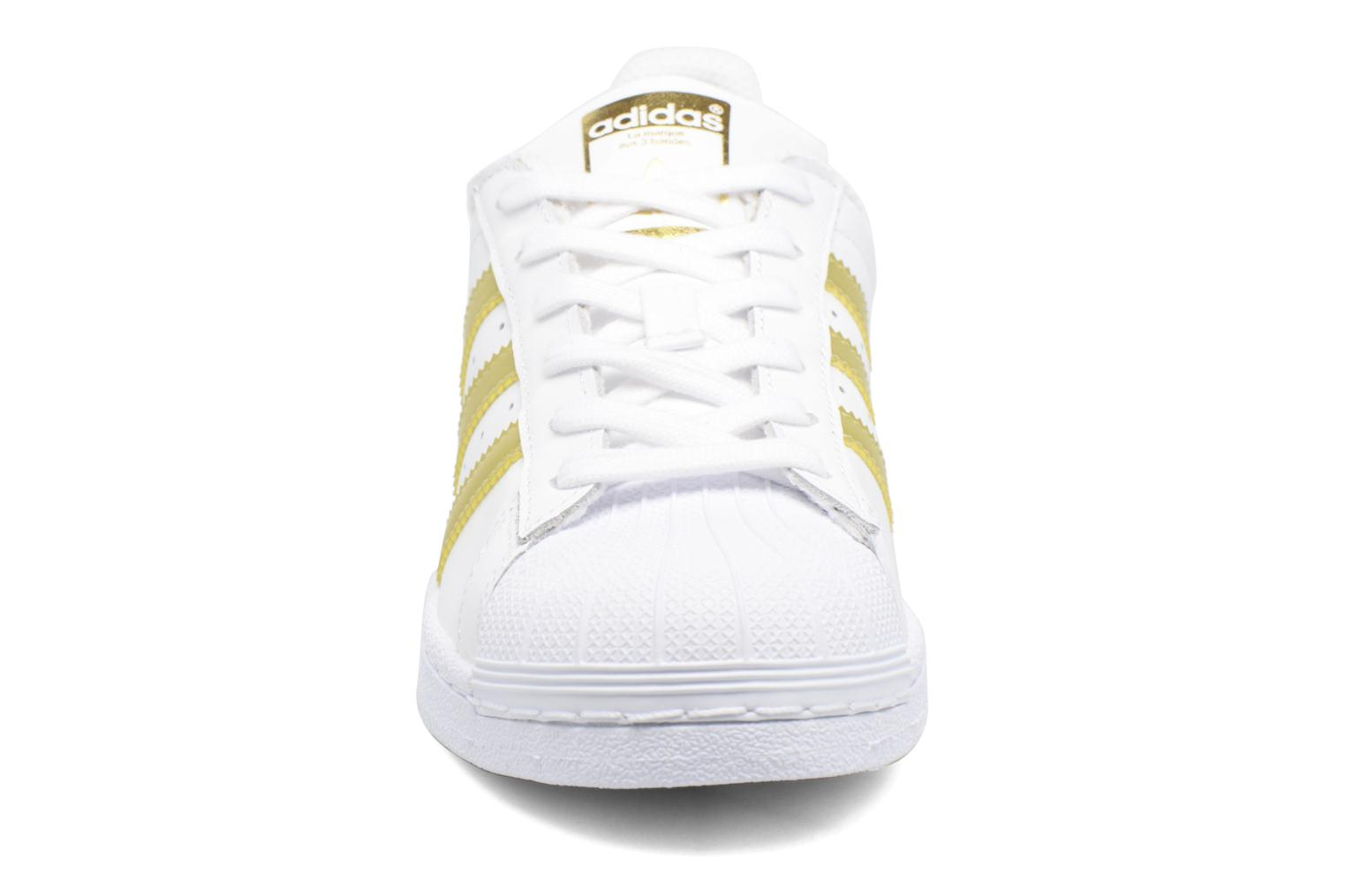 Deportivas Adidas Originals SUPERSTAR J Blanco vista del modelo
