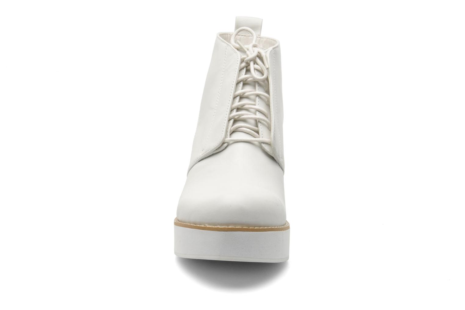 Botines  Shellys London Michellton Blanco vista del modelo