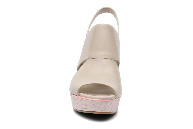 Sandales et nu-pieds Clarks Scent Whisp Gris vue portées chaussures