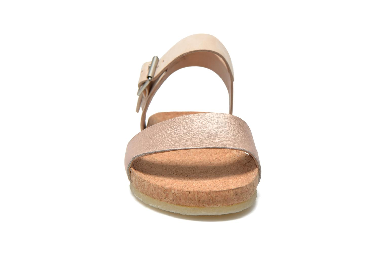 Sandali e scarpe aperte Clarks Originals Dusty Soul Oro e bronzo modello indossato
