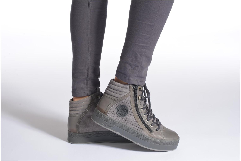 Sneaker Pataugas Pacy grau ansicht von unten / tasche getragen