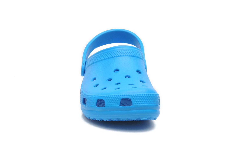 Sandales et nu-pieds Crocs ClassicKids Bleu vue portées chaussures