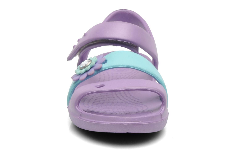 Sandalen Crocs KeeleyPetalCharmSandalPS mehrfarbig schuhe getragen