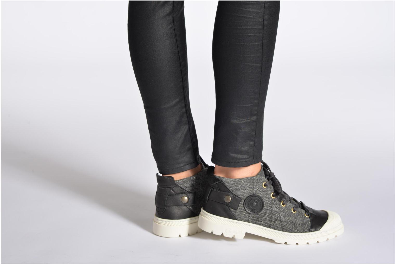 Sneaker Pataugas Aix F schwarz ansicht von unten / tasche getragen