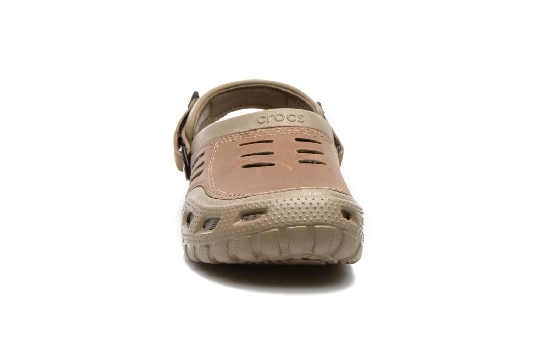 Sandali e scarpe aperte Crocs Yukon Sport Marrone modello indossato