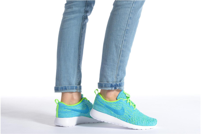 Sneaker Nike Wmns Roshe One Flyknit orange ansicht von unten / tasche getragen