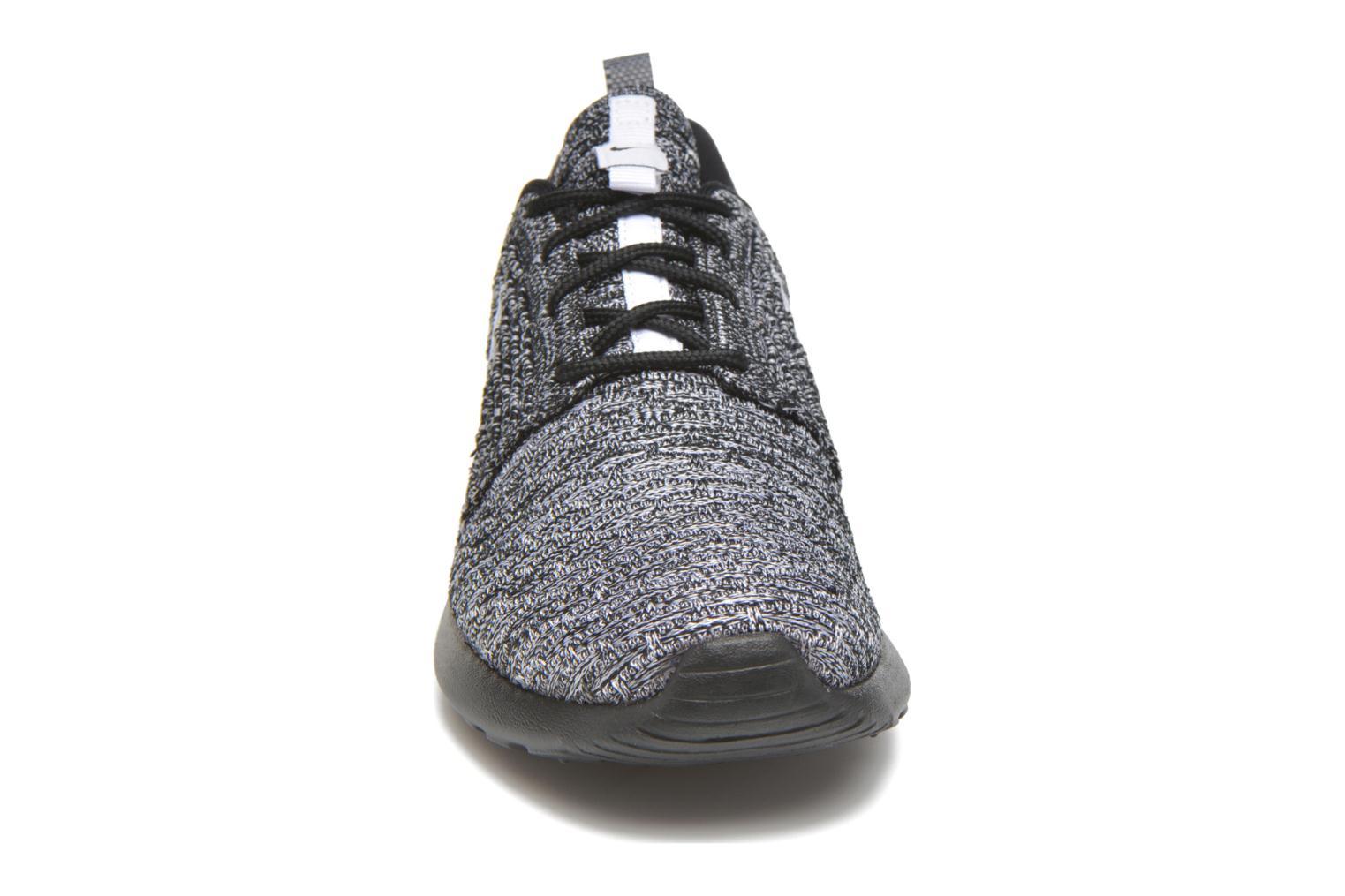 Baskets Nike Wmns Roshe One Flyknit Noir vue portées chaussures