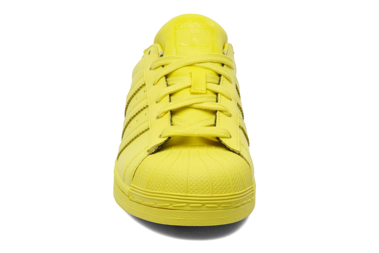 Sneakers Adidas Originals Superstar Supercolor W Giallo modello indossato