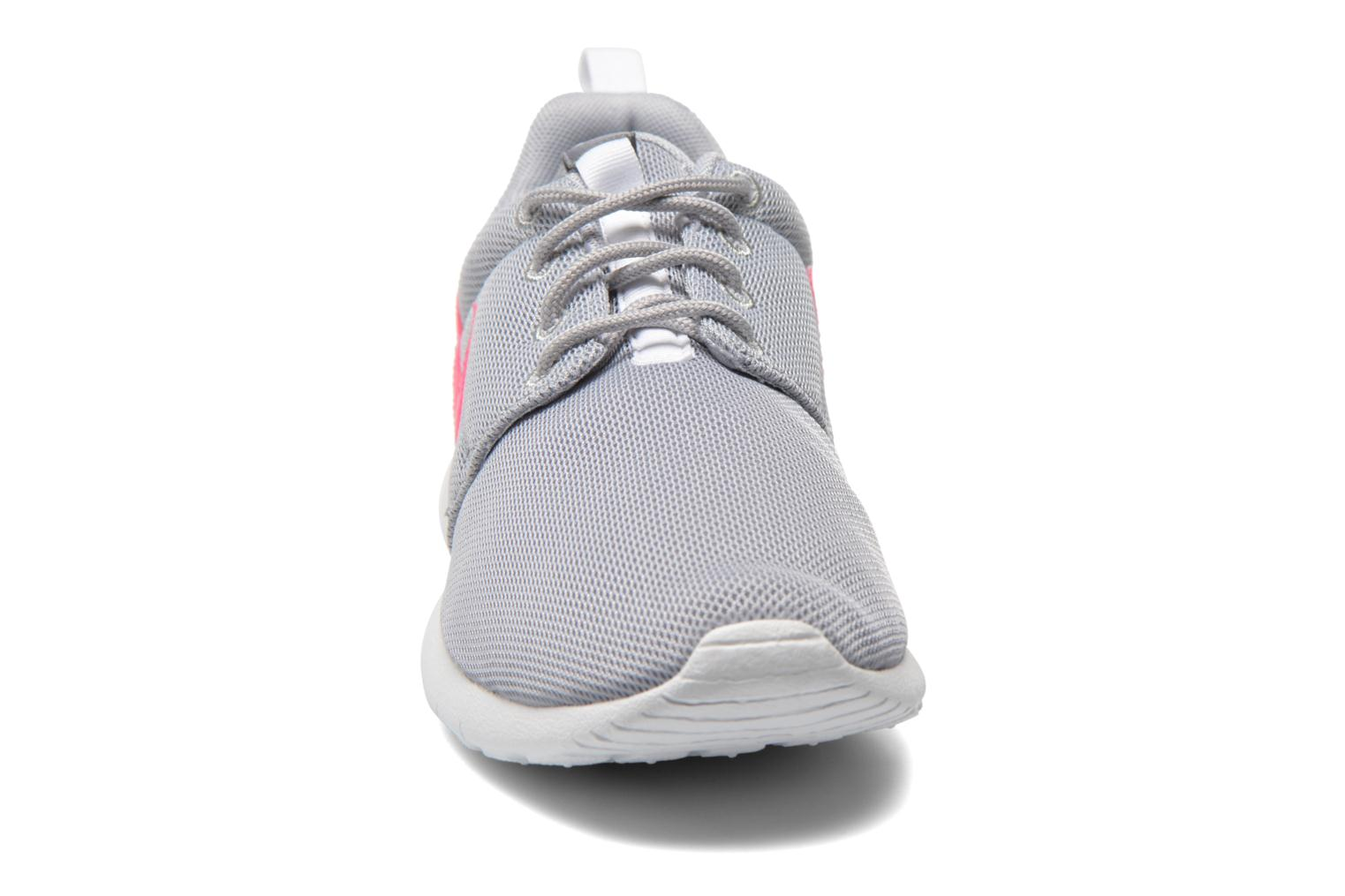 Baskets Nike NIKE ROSHE ONE (GS) Gris vue portées chaussures