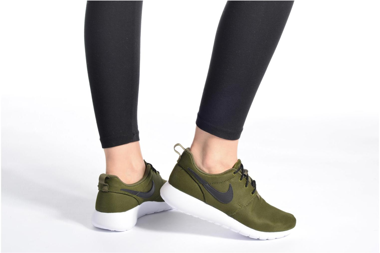 Baskets Nike NIKE ROSHE ONE (GS) Noir vue bas / vue portée sac