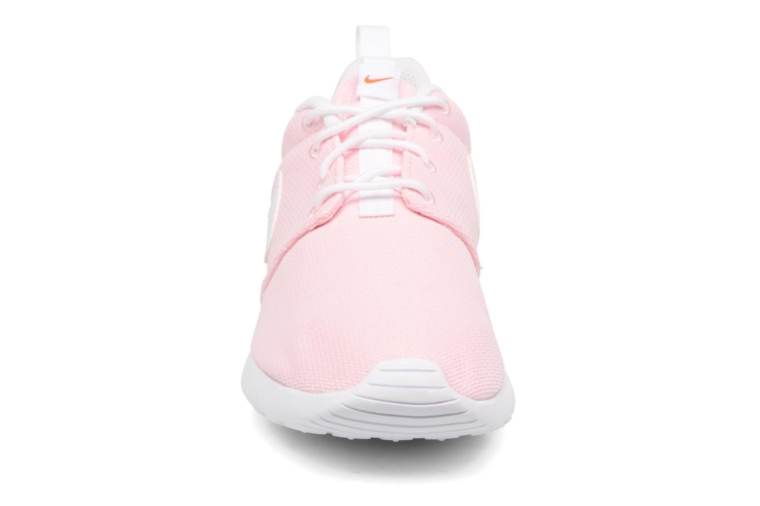 Baskets Nike NIKE ROSHE ONE (GS) Rose vue portées chaussures