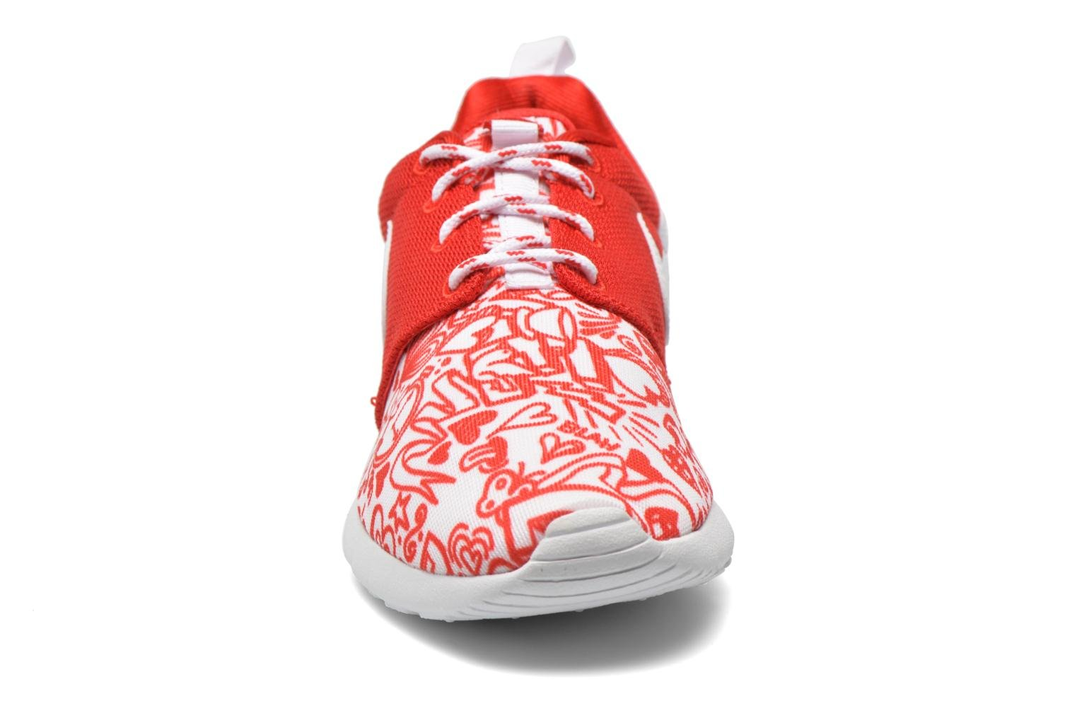 Baskets Nike NIKE ROSHE ONE PRINT (GS) Rouge vue portées chaussures
