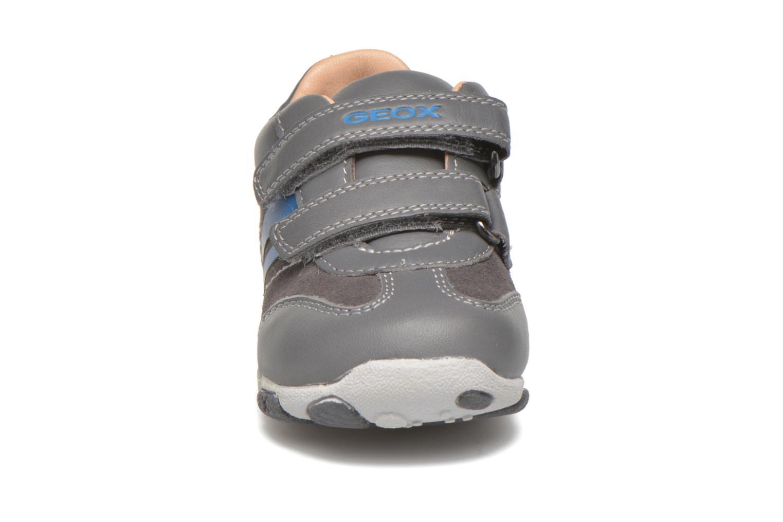 Sneakers Geox B Balu' B. C Grigio modello indossato