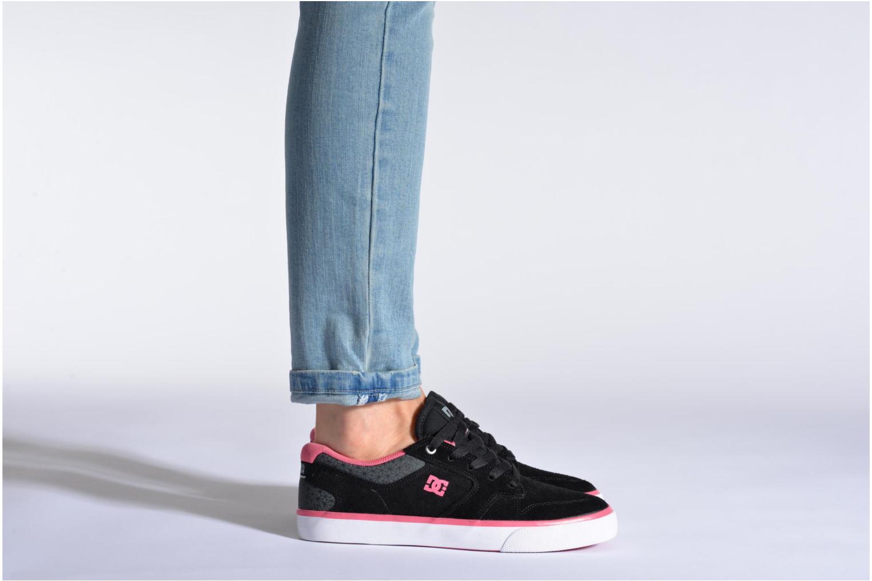 Baskets DC Shoes Nyjah Vulc SE W Noir vue bas / vue portée sac