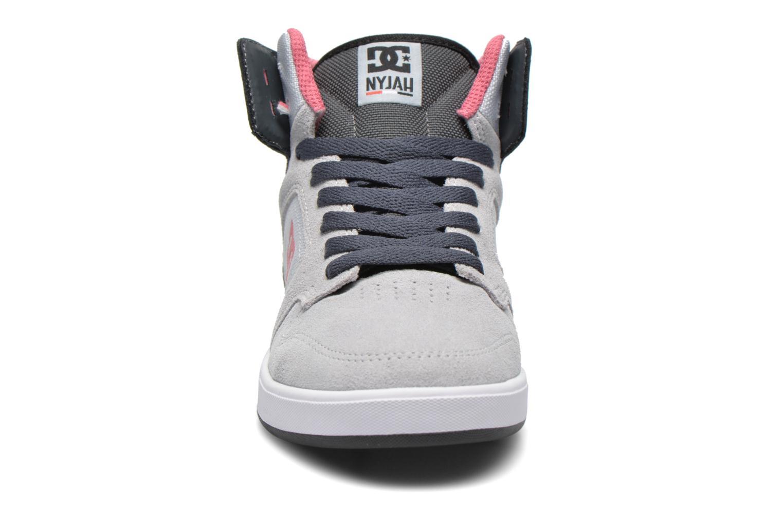 Baskets DC Shoes Nyjah High SE W Gris vue portées chaussures
