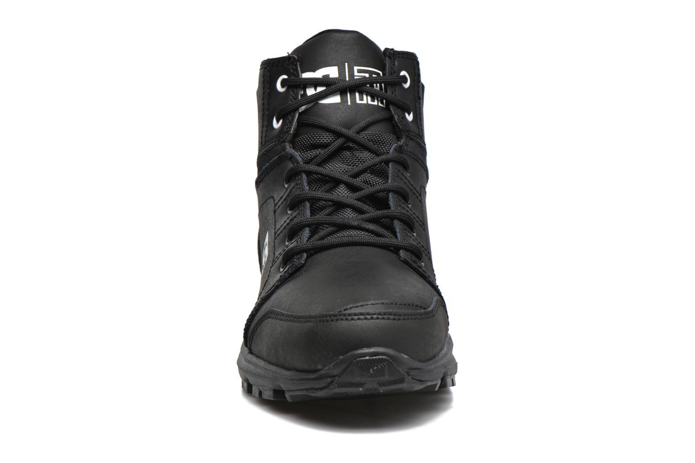 Sneakers DC Shoes Torstein Nero modello indossato