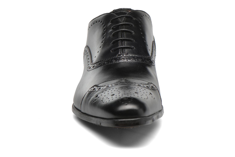 Scarpe con lacci Santoni William 14431 Nero modello indossato