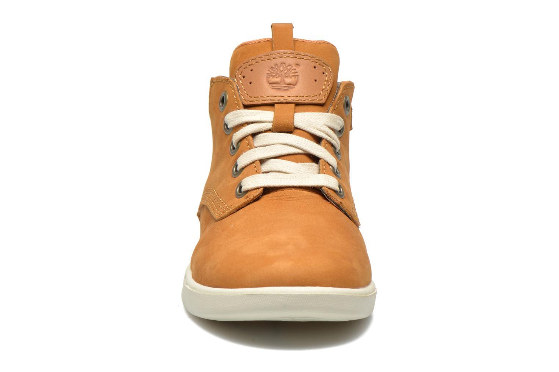 Sneakers Timberland Groveton Leather Chukka Beige modello indossato