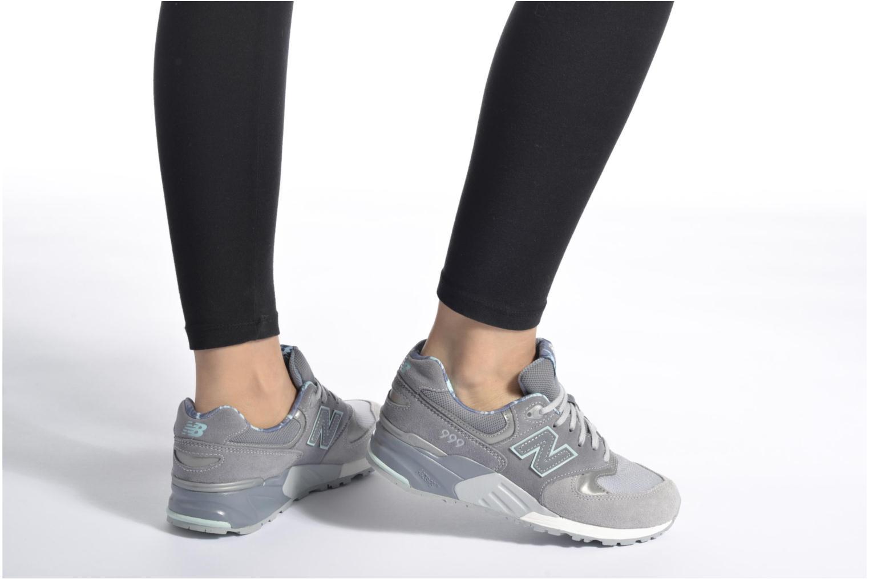 Sneaker New Balance WL999 schwarz ansicht von unten / tasche getragen