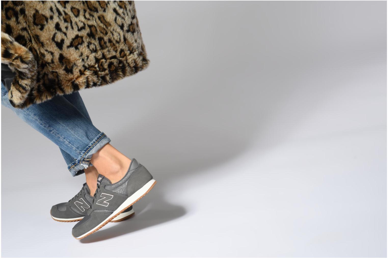 Sneaker New Balance WL420 weiß ansicht von unten / tasche getragen