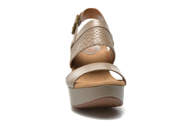 Sandali e scarpe aperte Clarks Caslynn Kat Beige modello indossato