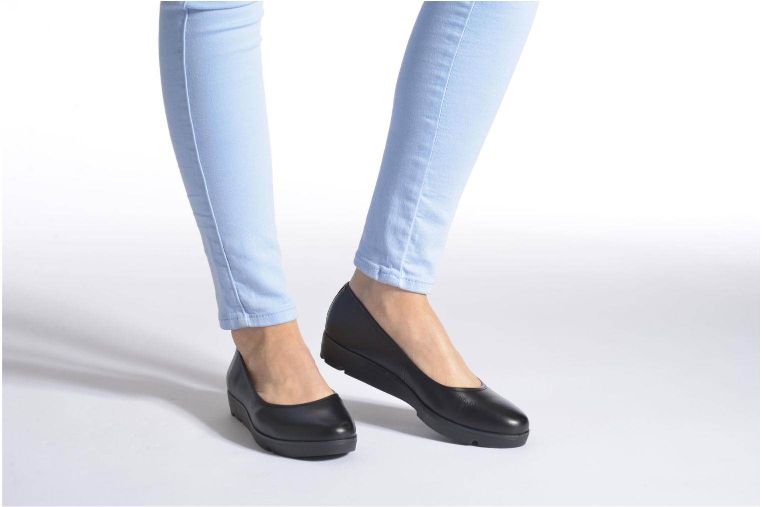 Ballet pumps Clarks Evie Buzz Black view from underneath / model view