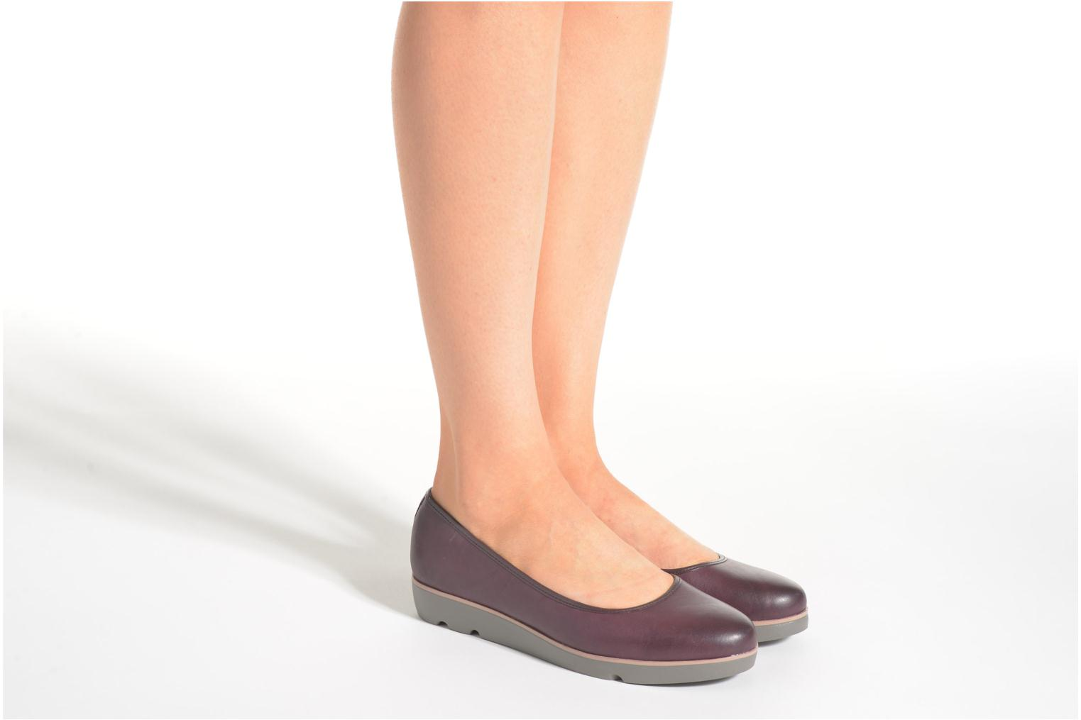 Ballet pumps Clarks Evie Buzz Burgundy view from underneath / model view