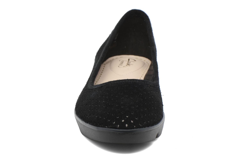 Ballerines Clarks Evie Buzz Noir vue portées chaussures