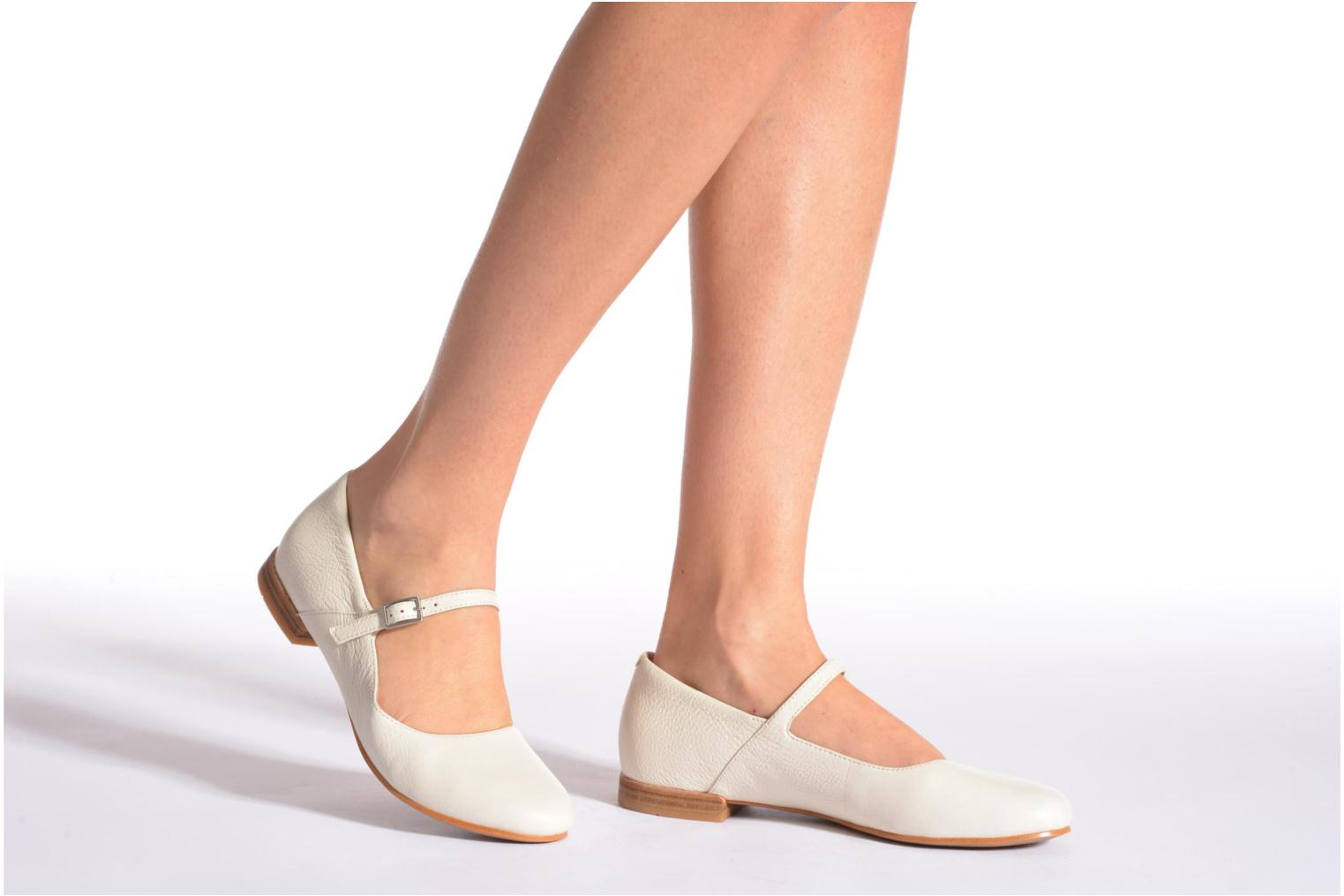 Ballet pumps Clarks Festival Glory Beige view from underneath / model view
