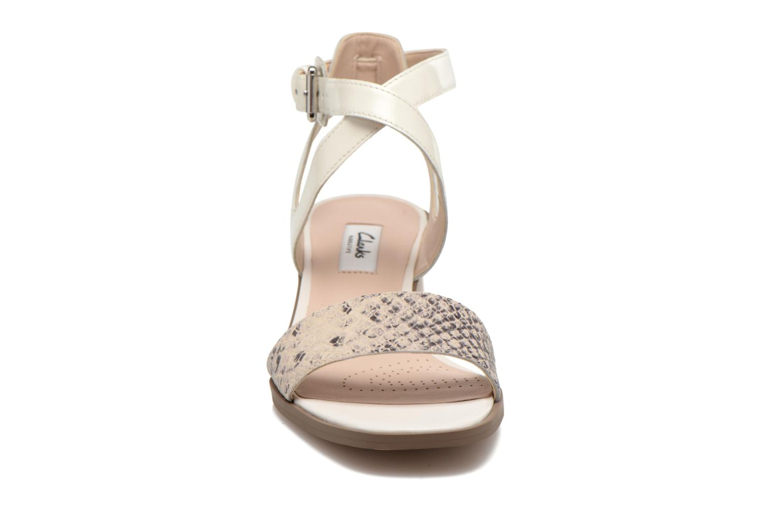 Sandales et nu-pieds Clarks Ivangelie Ray Blanc vue portées chaussures