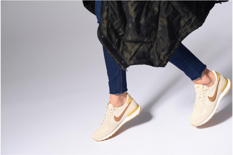 Baskets Nike Wmns Internationalist Beige vue bas / vue portée sac
