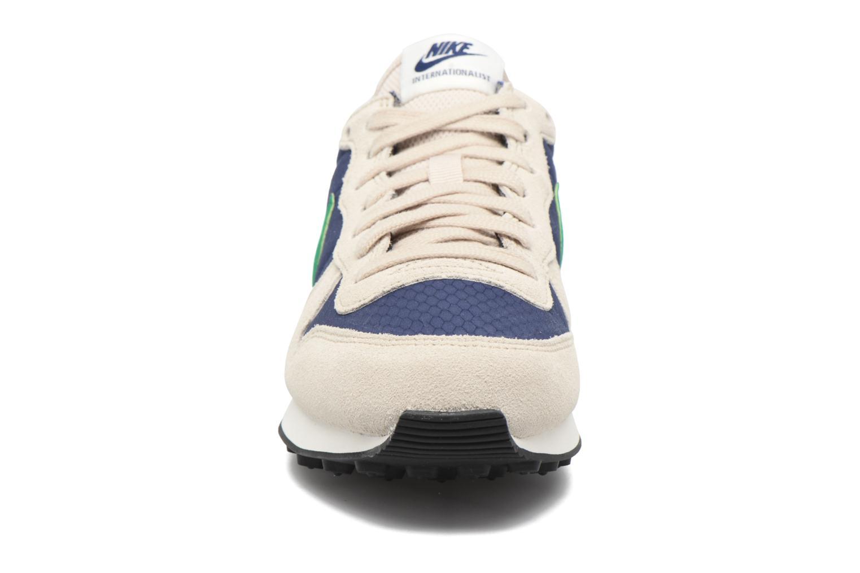 Deportivas Nike Wmns Internationalist Beige vista del modelo