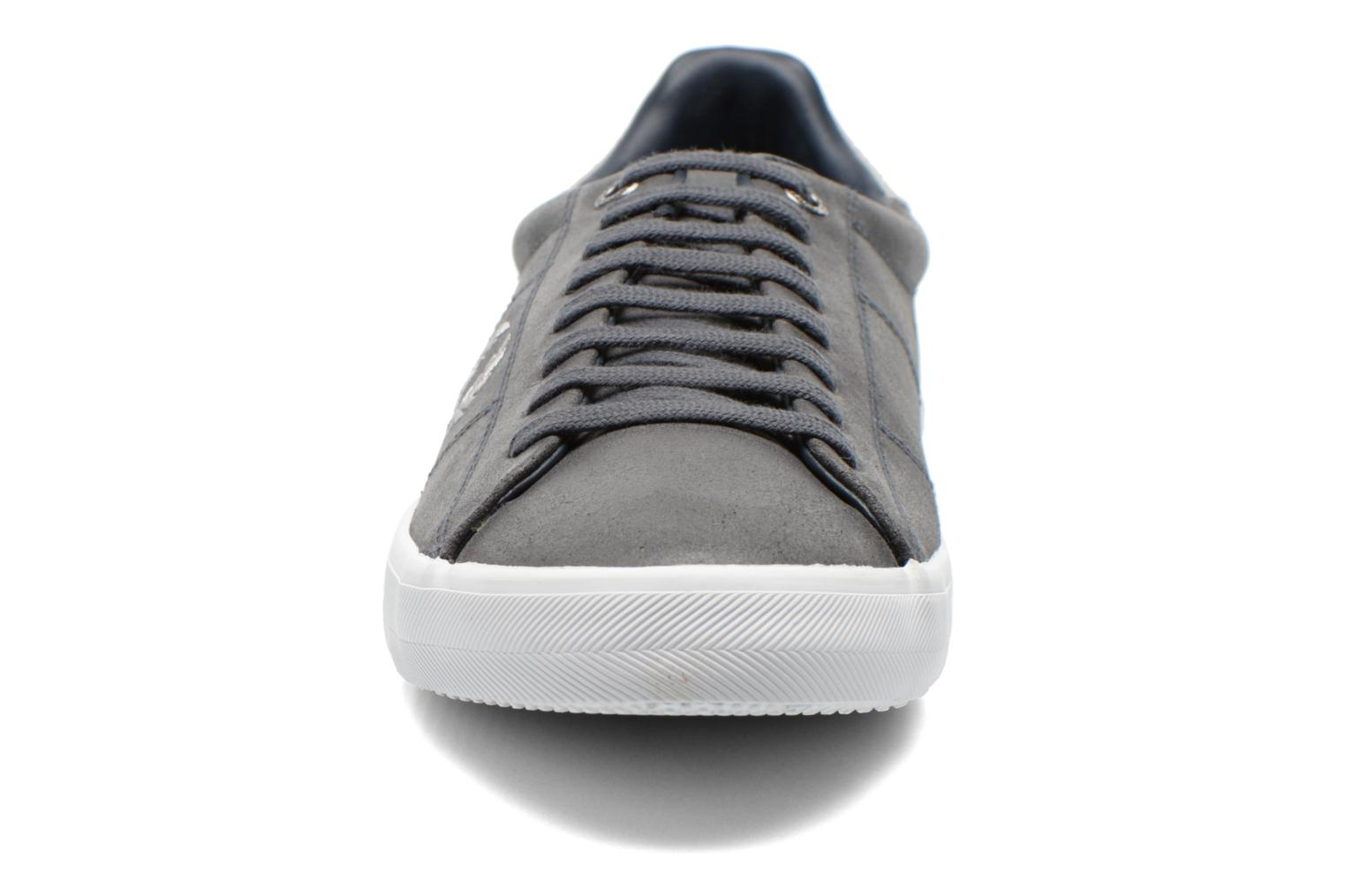 Baskets Fred Perry Howells leather Gris vue portées chaussures
