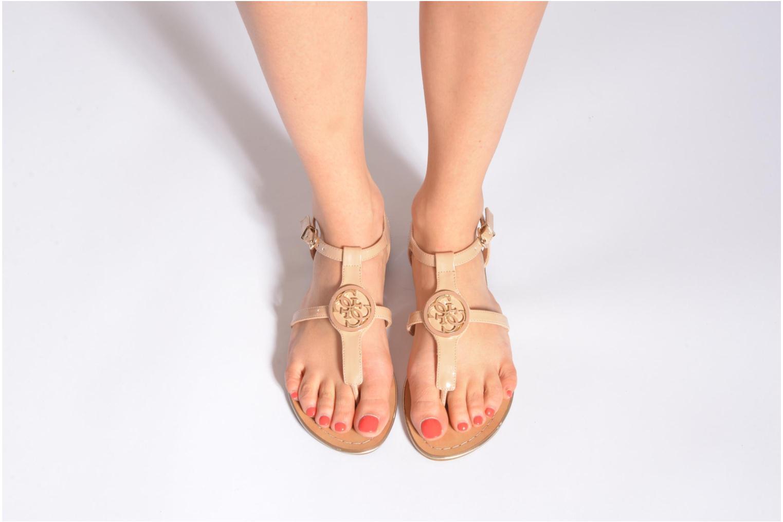 Sandalen Guess Roxxie beige ansicht von unten / tasche getragen