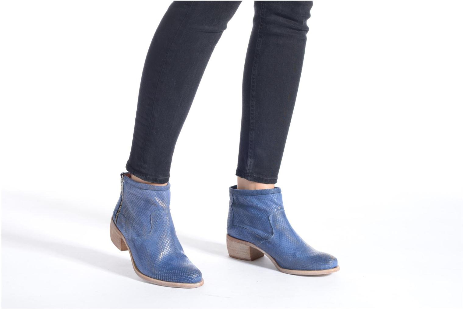 Ankle boots Karston Fuego Blue view from underneath / model view