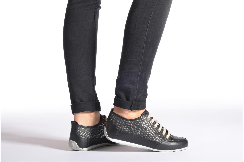 Sneaker Karston Caba braun ansicht von unten / tasche getragen