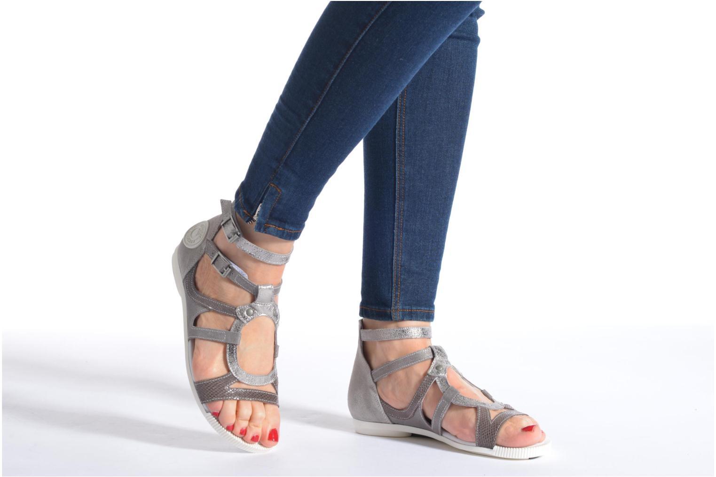 Sandalen Pataugas Chance grau ansicht von unten / tasche getragen