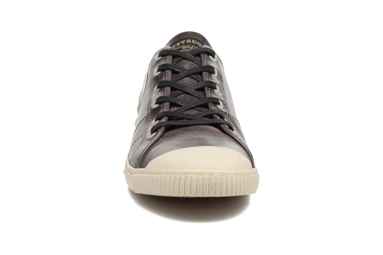 Sneakers Pataugas Bear/C Marrone modello indossato