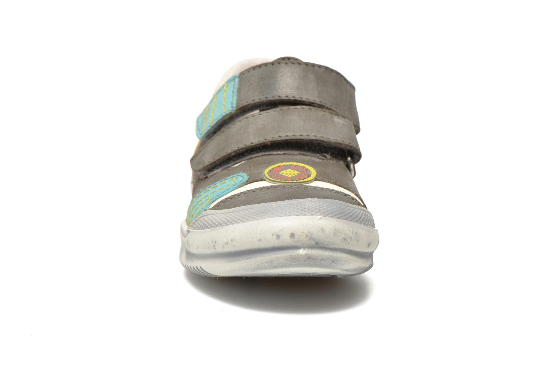 Sneakers GBB Marcelin Grigio modello indossato