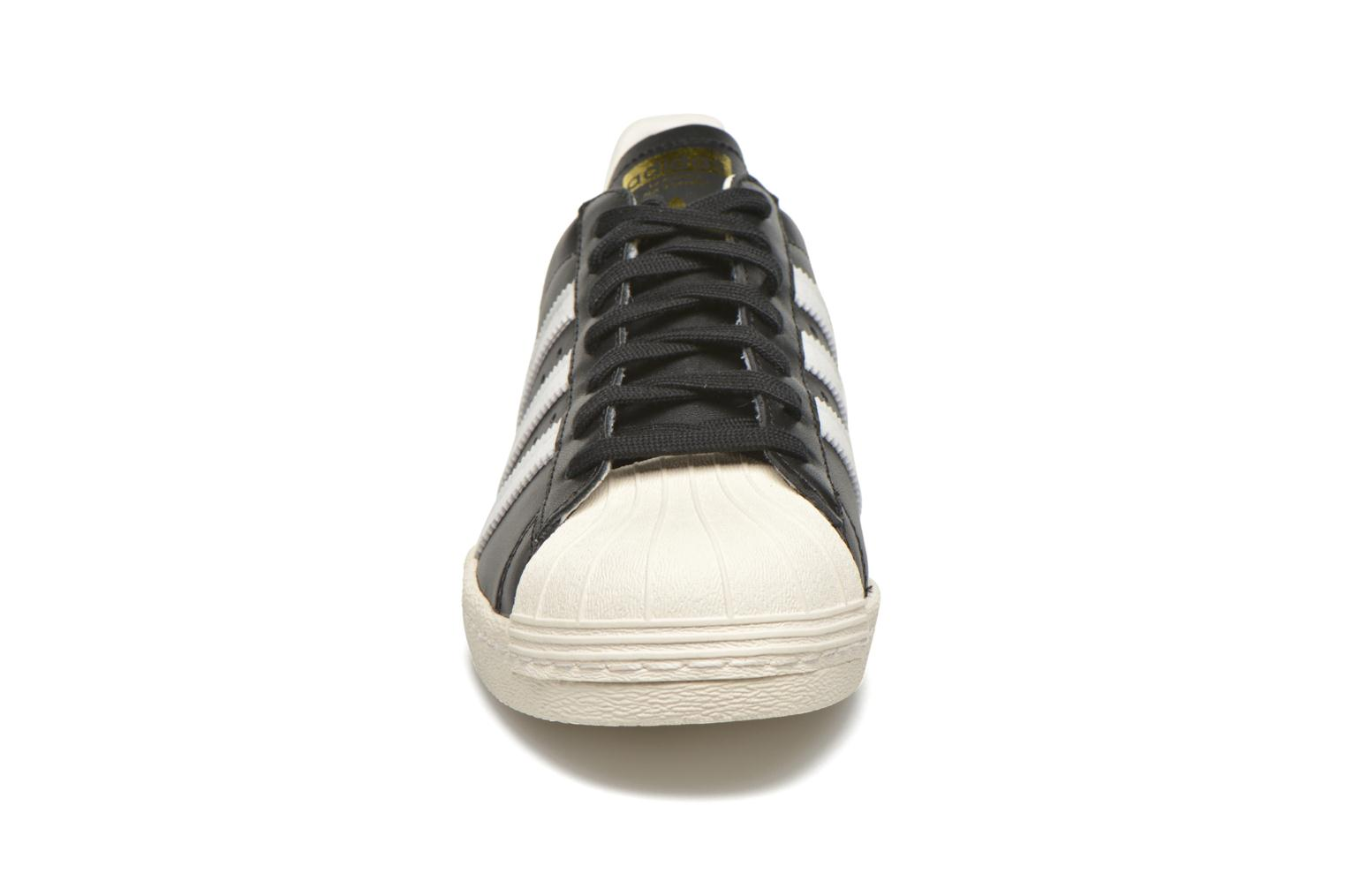 Sneakers Adidas Originals Superstar 80S Nero modello indossato