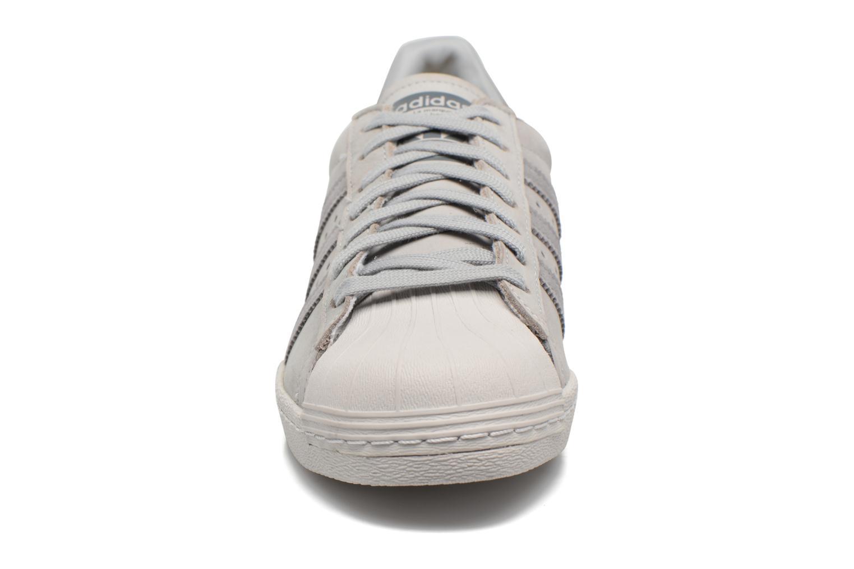 Deportivas Adidas Originals Superstar 80S Gris vista del modelo
